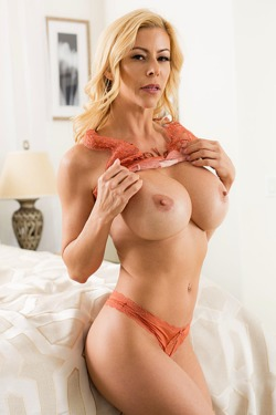 Busty Milf Alexis Fawx Presents Great Body